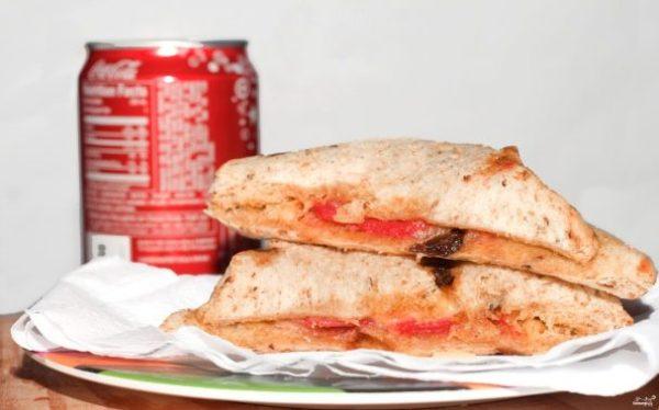 Бутерброд с сыром и колбасой в микроволновке - пошаговый ...