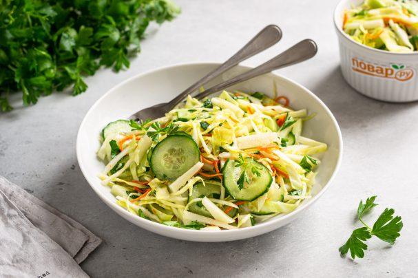Салат с огурцом и капустой кольраби