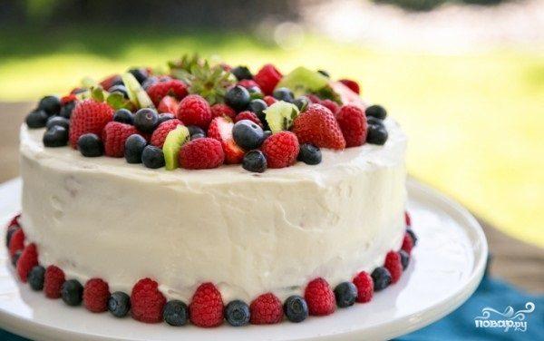 Бисквитный торт с фруктами и творожным кремом - пошаговый ...