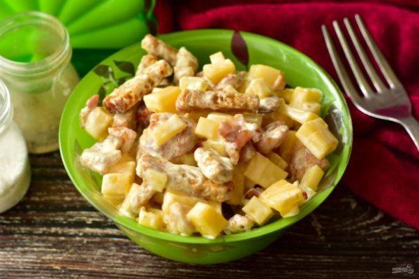 Салат с курицей, ананасами и сухариками - пошаговый рецепт ...