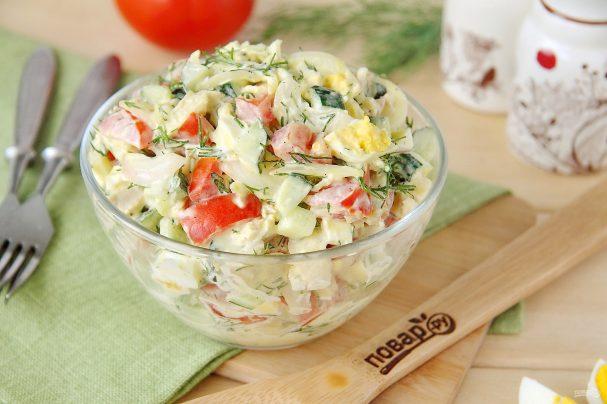 Салат с куриной грудкой и маринованным луком