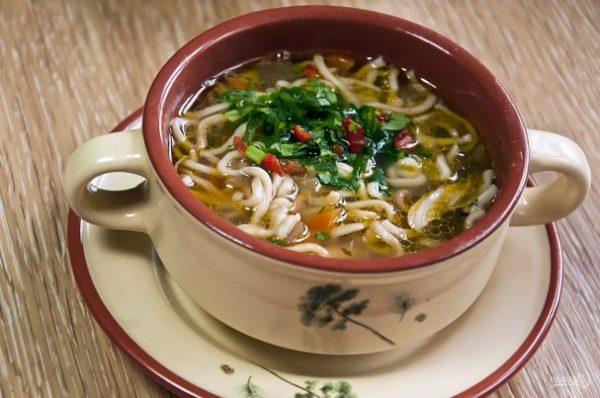 Суп с домашней курицей и жареной лапшой - пошаговый рецепт ...
