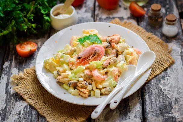 Салат с креветками, мидиями и кальмарами