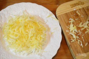 """Салат """"Нежный"""" с крабовыми палочками и сыром - фото шаг 2"""