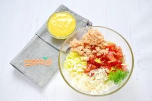 Рыбный салат в съедобных тарелочках - фото шаг 4