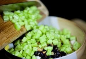 Салат с курицей, черносливом и огурцами - пошаговый рецепт ...