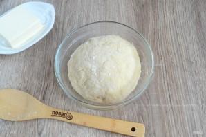 เทขนมปังสำเร็จรูปที่น่ารัก เนื่องจากขนมปังยังร้อนแรง Fondant จะละลายกระจายไปตามพื้นผิวของพวกเขาและการแทรกซึมระหว่างเลเยอร์