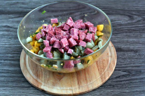 Немецкий салат с колбасой и солеными огурцами - пошаговый ...