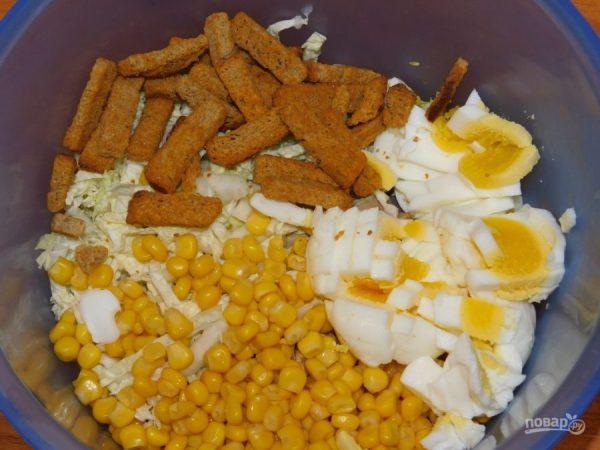 Салат с копченой курицей и кириешками - пошаговый рецепт с ...