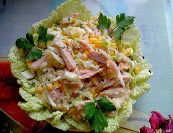 Салат с копченой курицей и кукурузой - пошаговый рецепт с ...