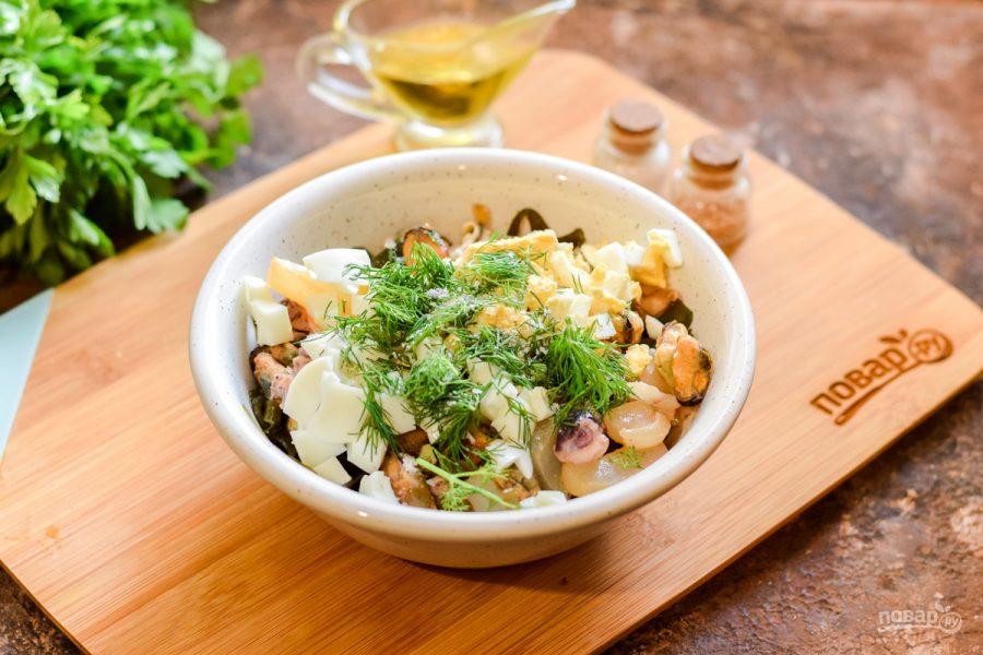 Салат из морской капусты и морского коктейля