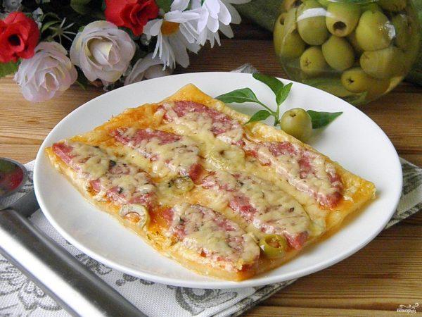 Пицца из слоеного бездрожжевого теста в духовке ...