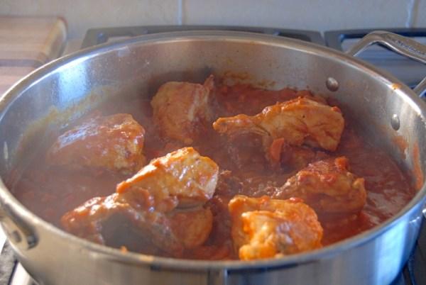 Курица, тушеная в томатном соусе - пошаговый рецепт с фото ...