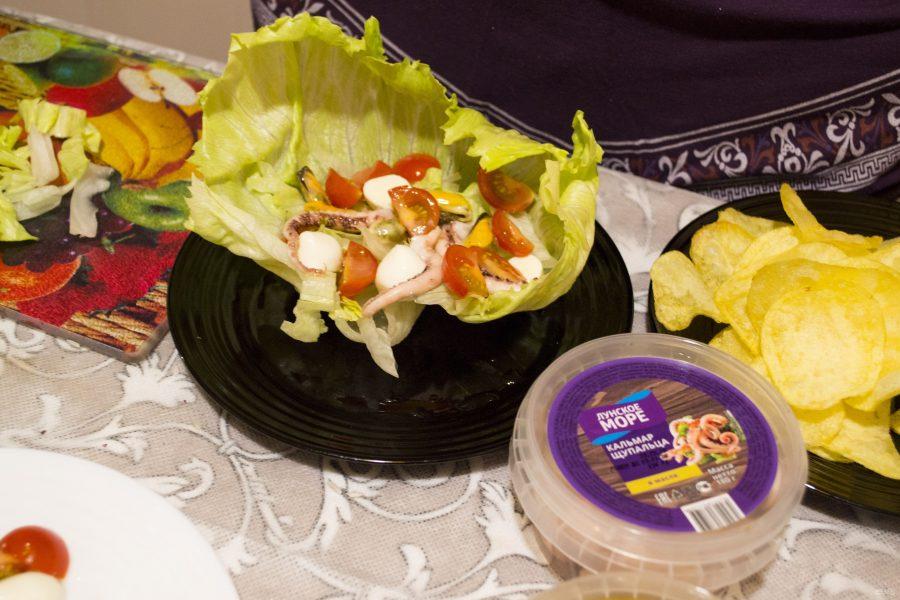 """Салат из кальмаров и мидий с чипсами """"Жемчужина моря"""""""
