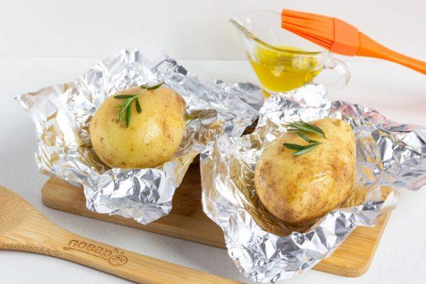 Картошка в мундире в фольге в духовке - пошаговый рецепт с ...