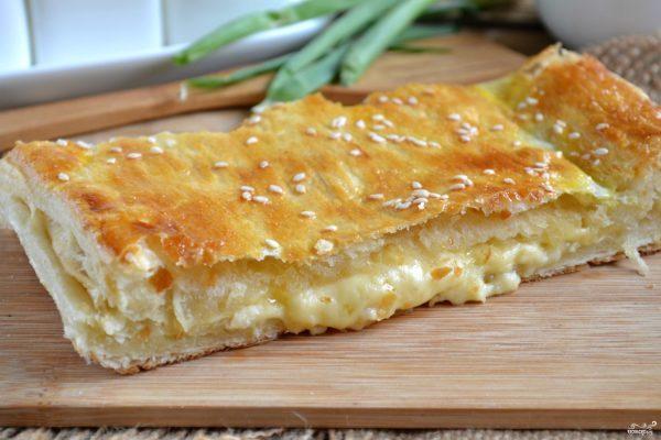 Пирог из слоеного теста с сыром пошаговый рецепт с фото