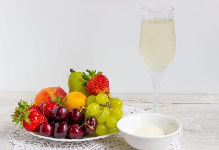 Желе из шампанского с фруктами и ягодами