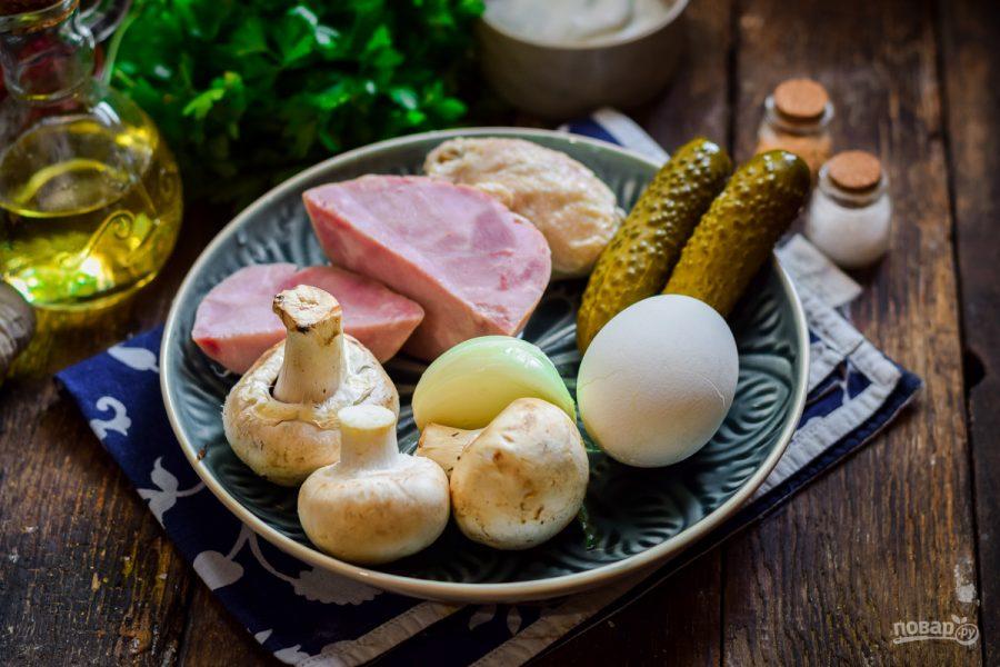 Салат с грибами, курицей и ветчиной