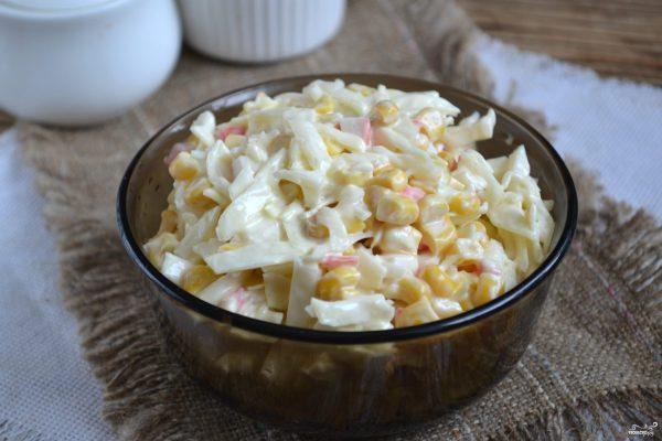 Салат с крабовыми палочками и капустой - пошаговый рецепт ...