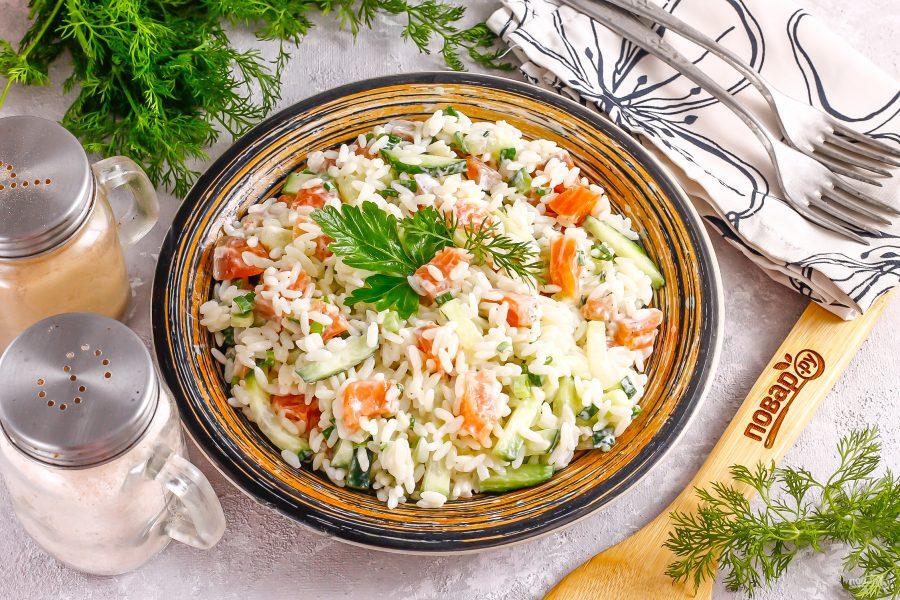 Салат с семгой и рисом