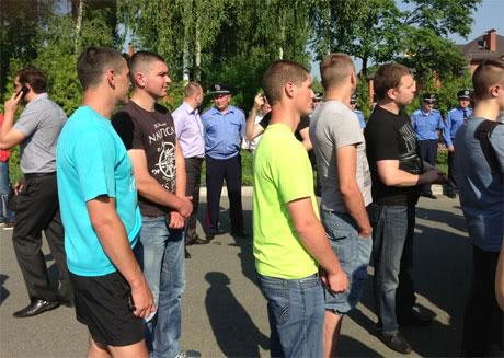 Тітушки у цивільному. Фото з Facebook Володимира Арєва