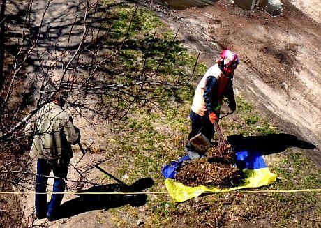 У Чернігові комунальники збирали сміття на полотнище, схоже на прапор України