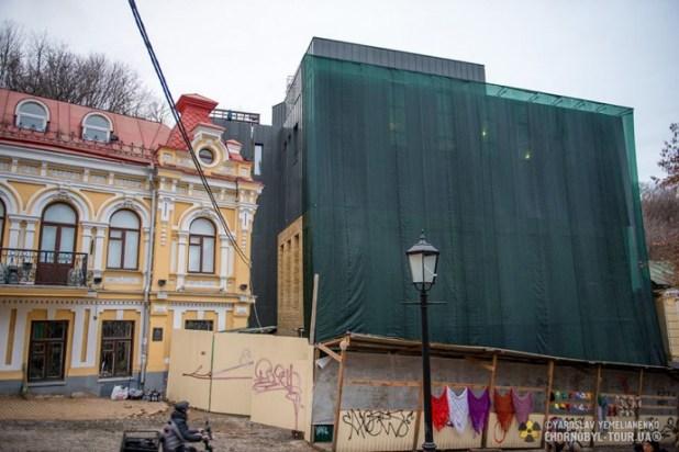 На одній з фото на фасаді будівлі можна побачити цеглу