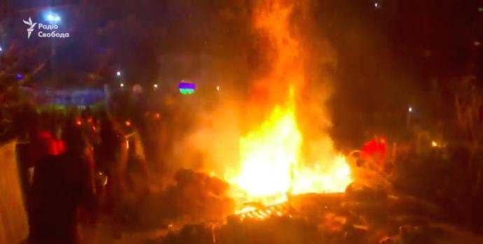 Биті вікна і барикади з вогнем: на Полтавщині відтіснили протест і завезли людей з Уханю