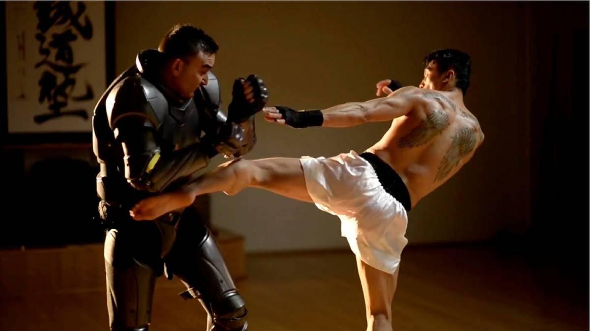 Um grupo de engenheiros desenvolveu uma armadura que pode revolucionar as artes marciais. O traje vem com sensores que medem os danos causados pelos golpes do oponente se o corpo estivesse desprotegido