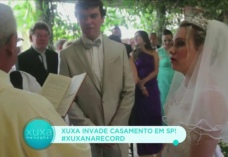 A cerimônia aconteceu normalmente e Karina nem desconfiava que Xuxa estaria lá> Acesse o R7 Play e assista na íntegra a todos os programas da Record! Clique e experimente!
