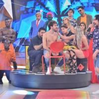 Legendários sábado 13/02/2016 – Mionzinho é tatuado no palco do programa