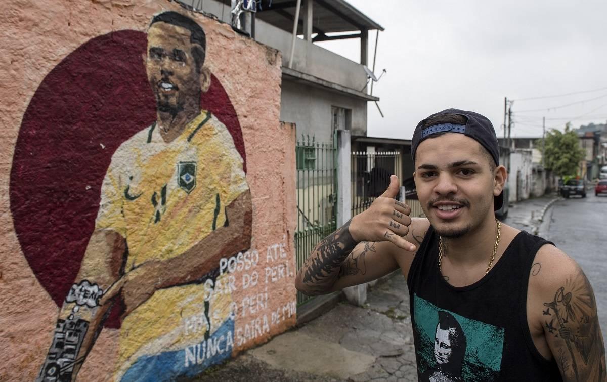 Fabinho, amigo de infância de Gabriel, imita o gesto do atleta de 20 anos