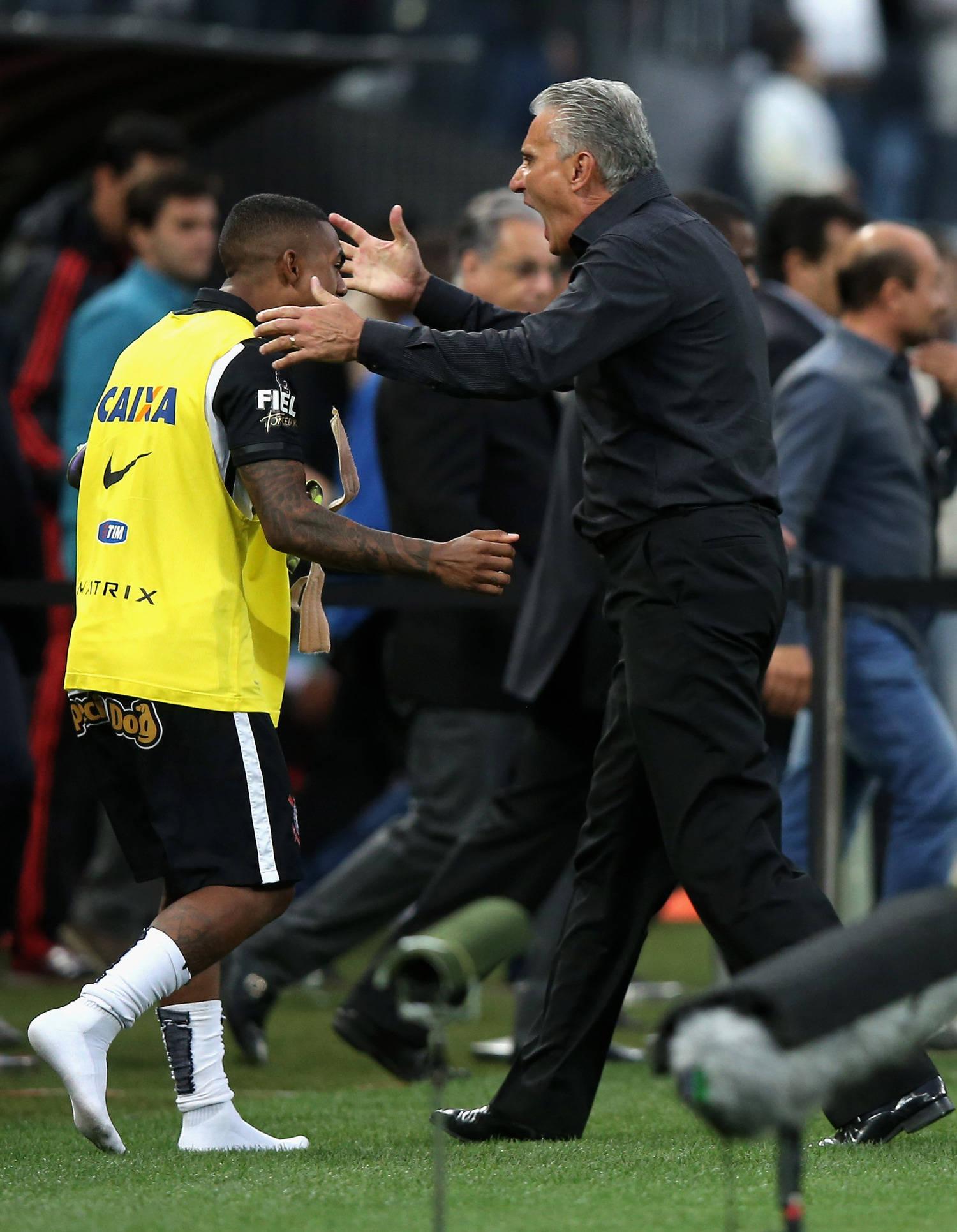 Malcom e Tite comemoram, juntos, gol diante do Flamengo, em 2015