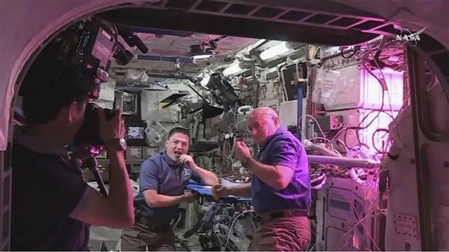 Les astronautes Kjell Lindgren et Scott Kelly goûtent à la laitue cultivée pour la première fois à bord de la Station spatiale internationale.