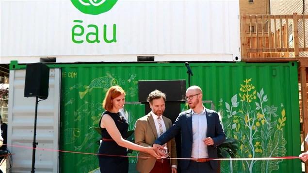 Émilie Nollet (droite) et Olivier Demers-Dubé (gauche), d'ÉAU, inaugurent la ferme urbaine avec le maire François Croteau.