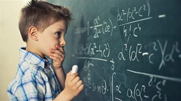 Un enfant devant un problème mathématique