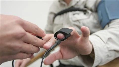 Un homme passe le test du polygraphe