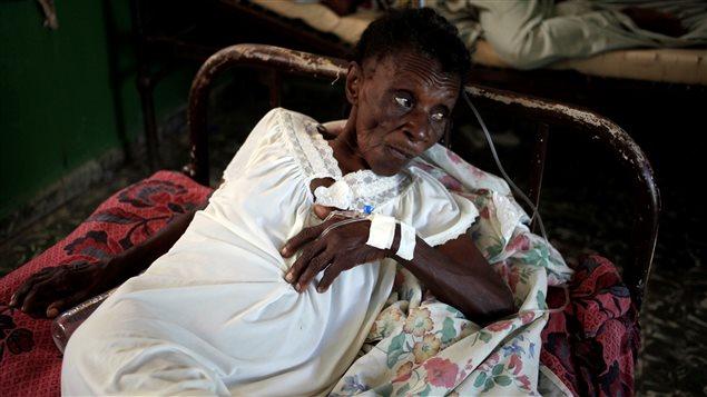 Une femme reçoit un traitement contre le choléra après le passage de l'ouragan Matthew dans un hôpital de Les Anglais, en Haïti.