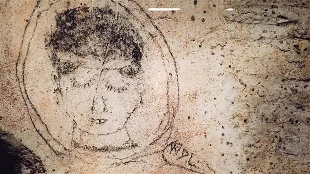 Le visage d'une femme gravé dans la pierre