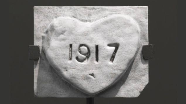 Un coeur gravé dans la pierre porte la mention : 1917