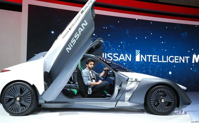 """رئيس التحرير محمد حوري في سيارة """"نيسان بلو جلايدر"""" (Dubai International Motor Show)"""