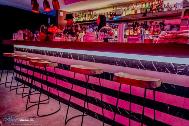東區-時尚咖啡廳-CHLOECHN Cafe-一直有人陸陸續續地來吧台聊天