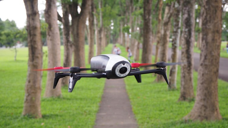 評測》派諾特 Parrot Bebop 2 入門級空拍機 開箱實測|操作簡單|FPV頭戴超有趣