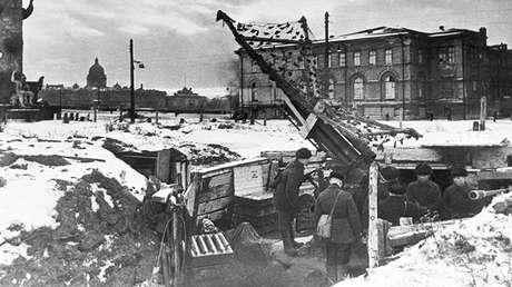 Una batería antiaérea en Leningrado, Unión Soviética, el 1 de febrero de 1942.