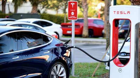 Un automóvil eléctrico de Tesla estacionado en una estación de carga en Altamonte Springs, Florida, EE. UU. el 20 de enero de 2019