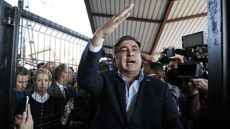 Former Georgian president Mikhail Saakashvili accompanied by Ukrainian opposition leader Yulia Tymoshenko speaks to media at a railway station in Przemysl, Poland September 10, 2017 © Gleb Garanich