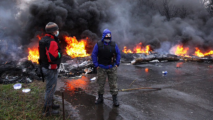 Anti-Maidan protesters burn tires as they prepare for battle with Ukrainian special forces on the outskirts of the eastern Ukrainian city of Slavyansk on April 13, 2014. (AFP Photo / Anatoliy Stepanov)