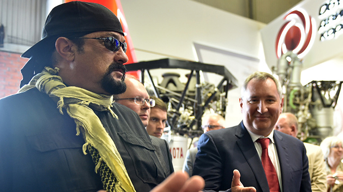 """US action movie actor Steven Seagal and Russian Deputy Prime Minister Dmitry Rogozin (R) take part in the military exhibition """"Oboronexpo-2014"""" in Zhukovsky outside Moscow, on August 14, 2014. (AFP Photo / Kirill Kudryavtsev)"""