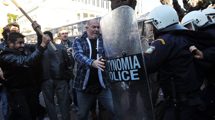 Angry farmers from southern Greek Crete island clash with police in front of the parliament on December 20, 2013.(AFP Photo /  Louisa Gouliamaki)