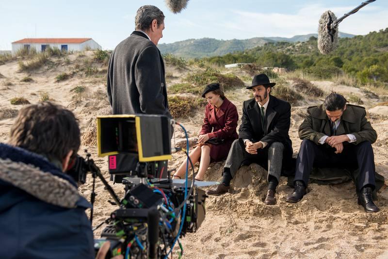 Los protagonistas de la serie junto a Antonio Dechent, uno de los actores invitados en este capítulo